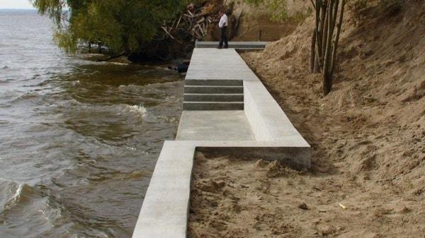 Укрепление берега реки бетоном