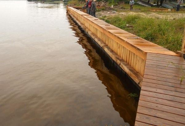 Укрепление берегов пруда лиственницей